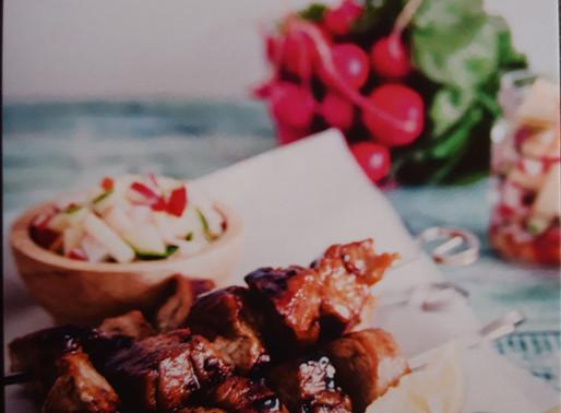 Kleverige varkensspiesjes met fris slaatje 🥗: Koken met lekkers van de boer