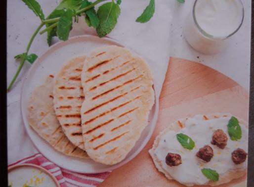 Koken met lekkers van de boer:  Platbrood met kruidige yoghurt en gehaktballetjes 🍽