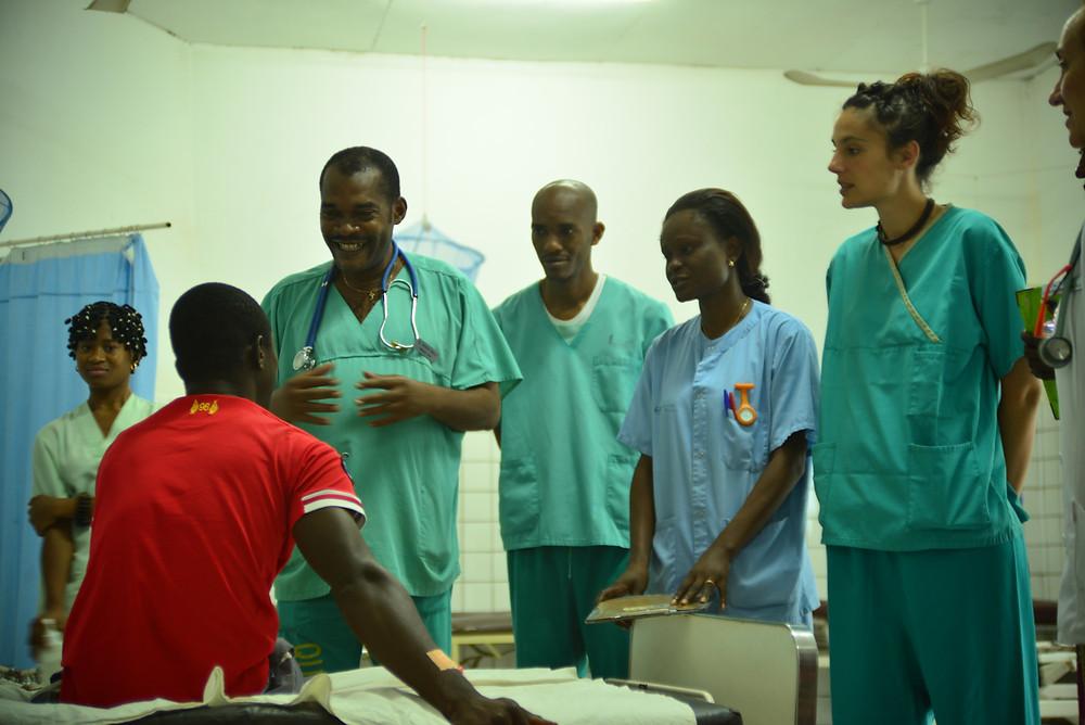 Dr. Ndille con el resto de su equipo pasando visita