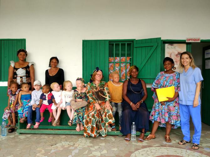 Una asociación de albinos visita el Hospital de Ebomé para recibir una consulta gratuita