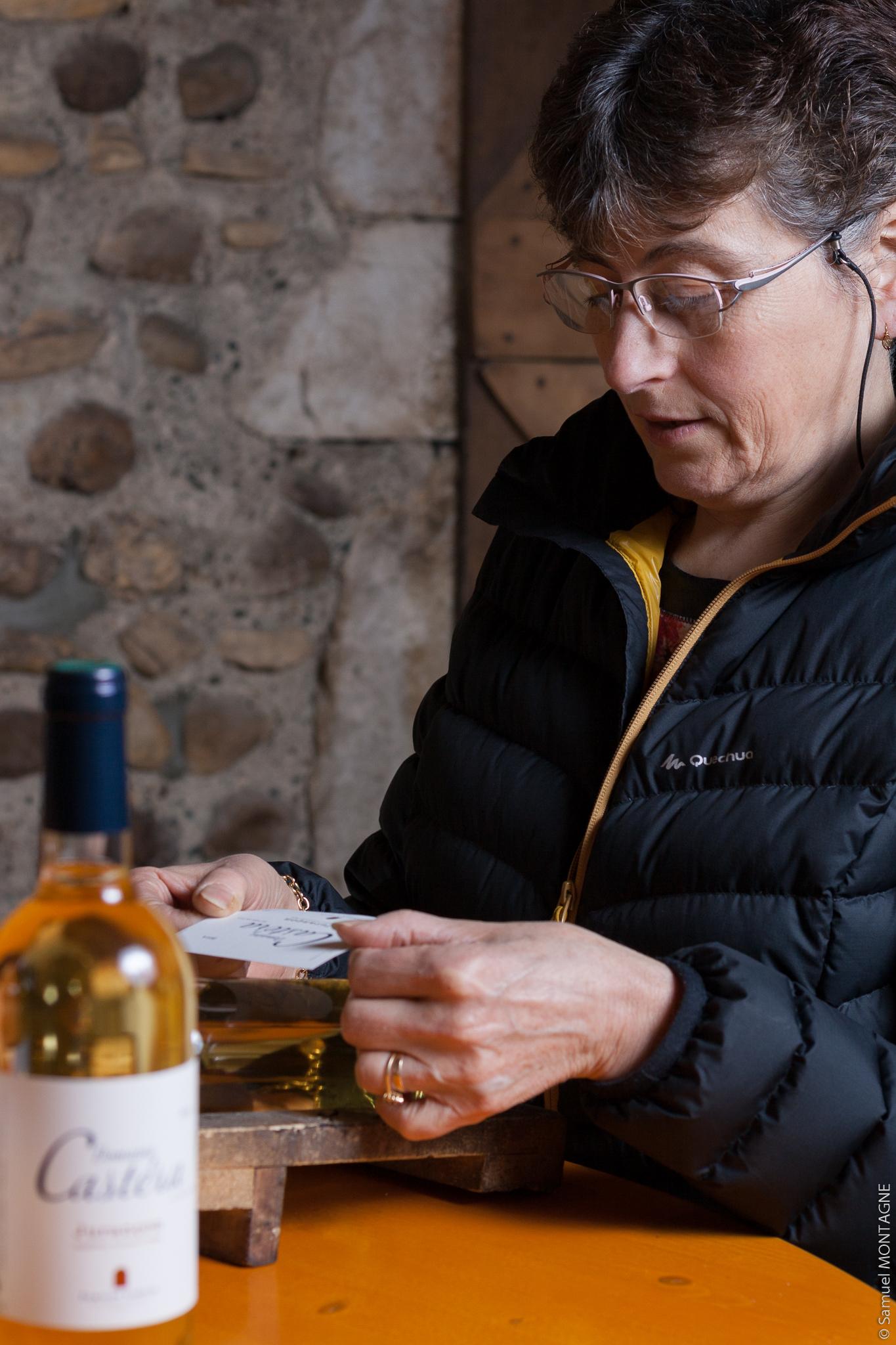 Pierrette Lihour à l'étiquetage