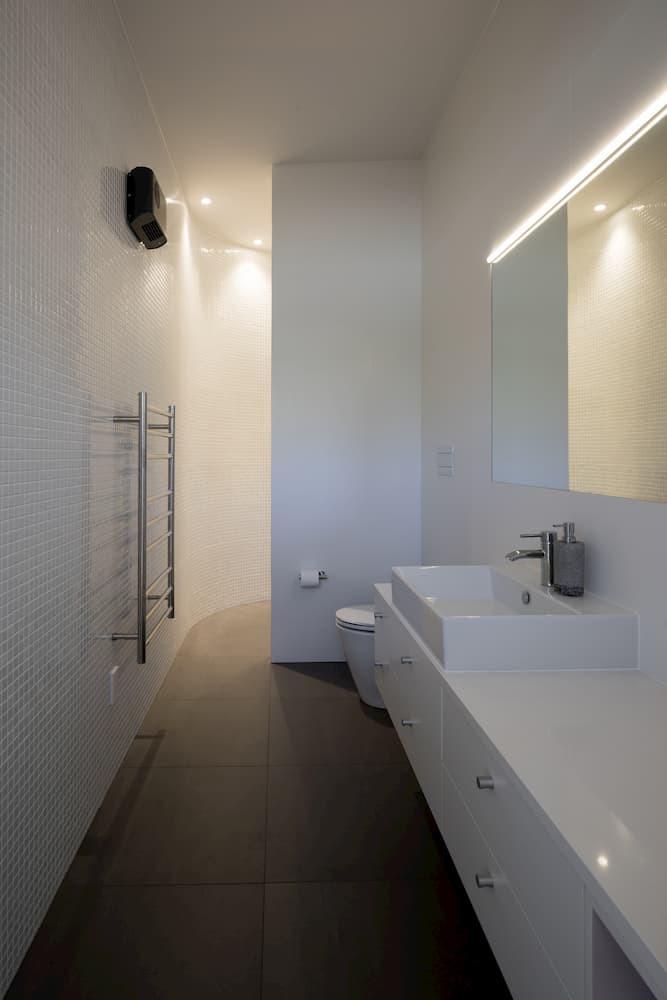 tai tapu bathroom with tile
