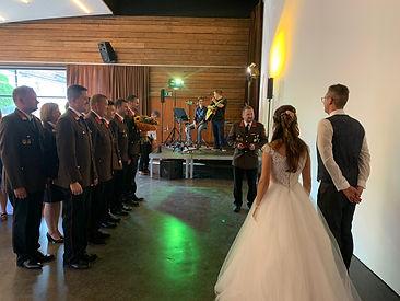 Am Freitag dem 16.07. heiratete unser Kamerad ASB Stangl Karl jun. seine Karin. Das Kommando und zahlreiche Kameraden gratulierten dem Brautpaar und als Geschenk überreichten wir Ihnen eine Statue des Hl. Florian.  Liebe Karin, Lieber Karl nochmals Alles Gute und viel Glück wünschen Euch die Kameraden der Feuerwehr Hollenthon.