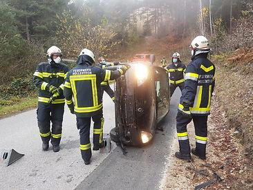 Am 15.11.2020 wurden wir um 11:27 Uhr zu einer Fahrzeugbergung in Richtung Pengersdorf (Gemeinde Lichtenegg) gerufen.  Aufgrund der vorherrschenden COVID Bestimmungen rückten wir mit dem MTF-A und einem 4 Mann Vorauskommando zum Einsatz aus. Unser LFB-A folgte mit 6 Mann Besatzung. In der Sicherheitszentrale verblieb unser TLF-A samt Bereitschaft. Am Einsatzort bot sich uns folgende Lage: Ein KFZ (Renault Clio) auf der Fahrerseite liegend und keine Personen im Fahrzeug, Fahrerin unverletzt und von Ersthelfern betreut. Nach der Absicherung der Einsatzstelle und Rücksprache über den Gesundheitszustand der Fahrerin wurde das Fahrzeug mittels Muskelkraft wieder auf die Räder gestellt und im Anschluss die Fahrbahn gesäubert. Da am verunfallten Fahrzeug kein größerer Schaden entstand wurden wir nicht weiter benötigt und konnten wieder einrücken.  In der Sicherheitszentrale wurden die Fahrzeuge aufgrund der COVID Bestimmungen desinfiziert und wir konnten den Einsatz abschließen.  Weitere Bilder vom Einsatz finden Sie unter der Rubrik FOTOS.