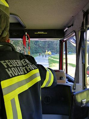 Am Samstag dem 11.09. wurden wir kurz nach 13:00 Uhr mittels Sirenenalarm zu einer Motorradbergung in die Spratzau gerufen.  Unverzüglich rückten wir mit dem LFB-A und dem MTF-A aus und unser TLF-A folgte kurze Zeit später nach. Am Einsatzort eingetroffen wurde ein verletzter Motorradfahrer bereits von der Rettung, First Responder und der Crew des Christophorus versorgt, währenddessen sicherten wir die Einsatzstelle ab und regelten den Straßenverkehr. Nach der Unfallaufnahme und der Freigabe der Polizei wurde das verunfallte Motorrad von uns aus dem Bachbett geborgen und an einem sicheren Platz abgestellt.  Wir standen ca. eine ¾ Stunde mit 19 Mann im Einsatz.  Bilder des Einsatzes finden sie in der Rubrik FOTOS.