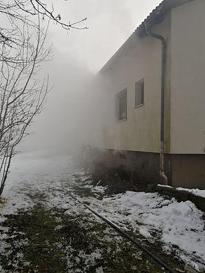 Unsere Wehr wurde am 14.12. um 10:30 zu einem Kellerbrand nach Wiesmath/Höhenstraße alarmiert.  Unverzüglich rückten unser TLF-A und 7 Mann zum Einsatzort aus. Am Einsatzort bot sich dem Fahrzeugkommandanten unseres TLF-A folgende Lage: Starke Rauchentwicklung aus dem Kellerbereich, Haus versperrt, keine Bewohner vor Ort. Wir rüsteten einen AS-Trupp aus und unterstützten die örtlich zuständige FF Wiesmath bei den Löschstätigkeiten und beim Belüften des Objektes. Nach ca 1,5 Stunden konnten wir wieder einrücken.  Unser LFB-A und 5 Mann blieben in der SZ Hollenthon in Bereitschaft.  Weitere Bilder finden Sie in der Rubrik FOTOS.   Weiterer Bericht: https://www.bfkdo-wiener-neustadt.at/einsaetze/einsaetze-wrn-sued/7449-kellerbrand-in-wiesmath