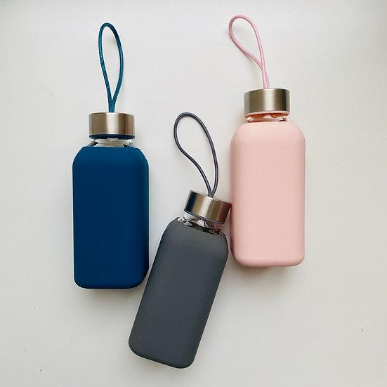 Стеклянная бутылка для воды в силиконe