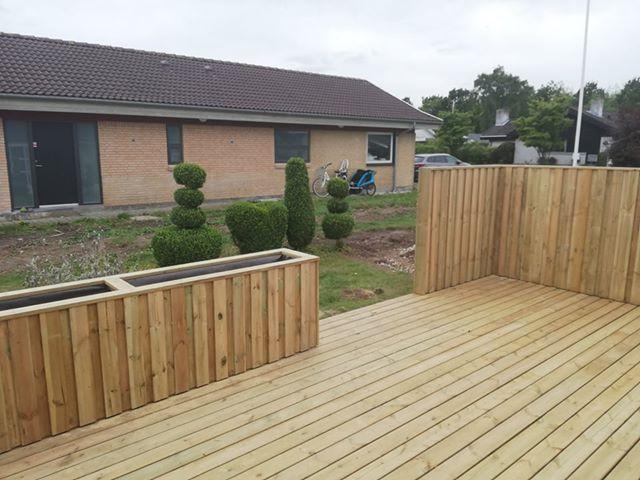 terrasse med plantekasse og hegn 2.jpg