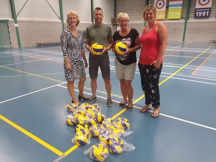 Vrienden van de Volleybal doneren ballen aan jeugdteams Nesselande