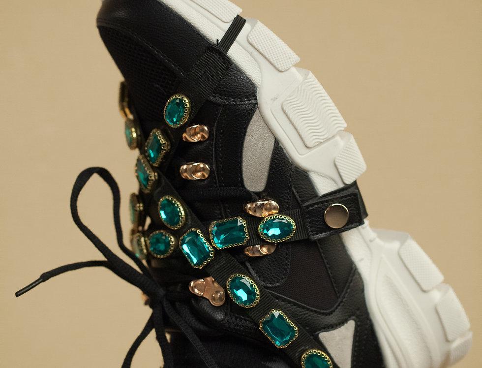 Schwarze Sneaker mit Steinen