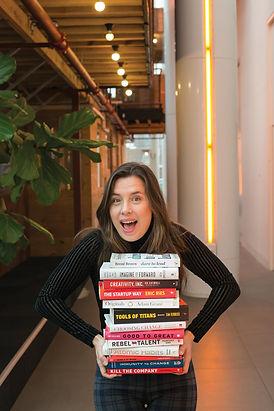 Melissa Marijnen met boeken.jpeg