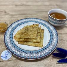 Млинці з яблучно-грушевим пюре власного виробництва та чай з лимоном