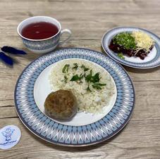 Рис із мясним биточком та буряковий салат, компот