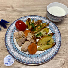 Картопля по-селянськи із запеченими шматочками м'яса та солінням, кефір