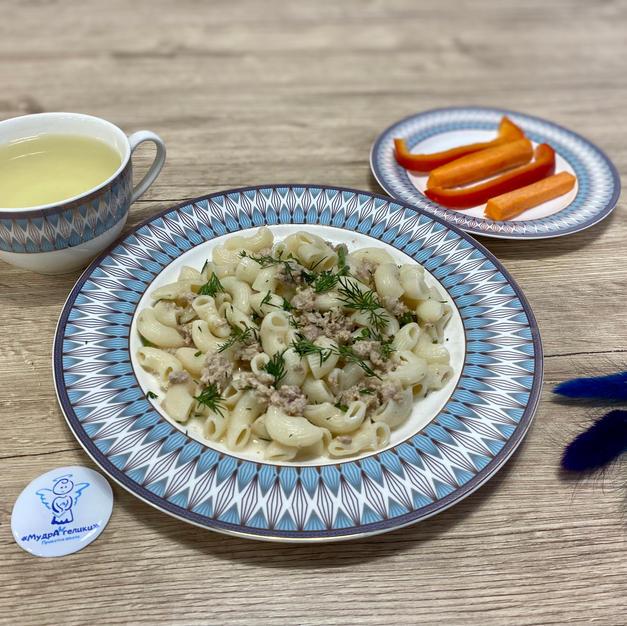 Макарони із соусом карбонара, овочевими паличками та лимонад