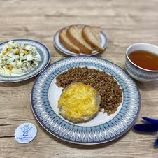 Гречана каша зі шніцелем під сиром, салат з пекінською капустою, яйцем та кукурудзою, відвар шипшини