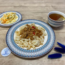 Макарони з соусом болоньєзе, вітамінний салат та чай з лимоном