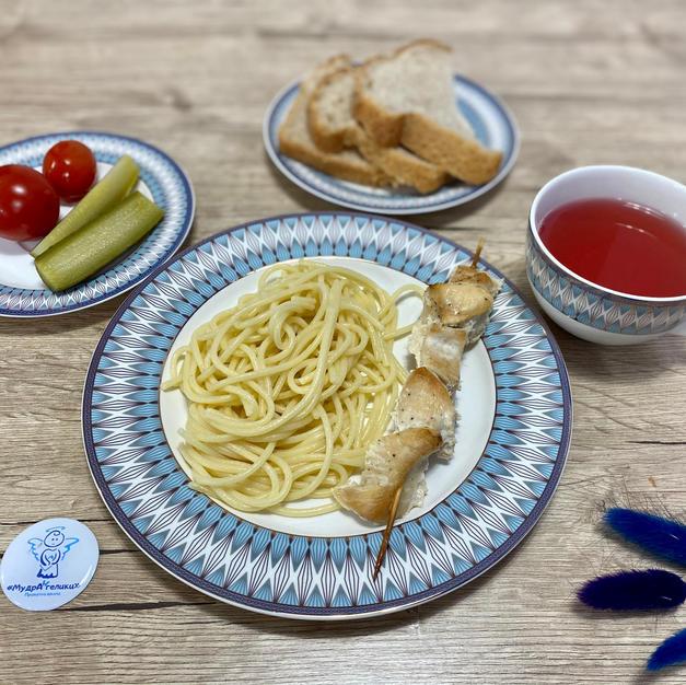 Курячий шашличок зі спагетті, солінням, та компот