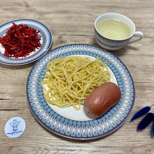 Cпагетті із сарделькою, салат, та лимонад