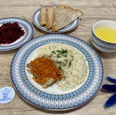 Рис із тушеною під овочами рибкою, буряковим салатом та лимонад