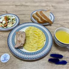 """Картопляне пюре із курячим стегенцем та салат """"Вітамінчик"""", лимонад"""