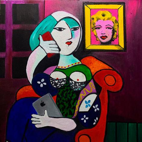 Mujer con Multimedia y Arte Pop