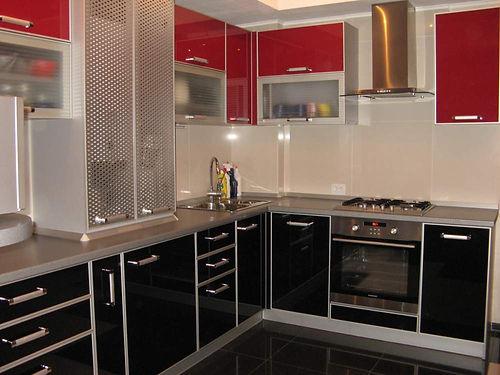 Кухня с пластиковыми фасадами в алюминиевой рамке