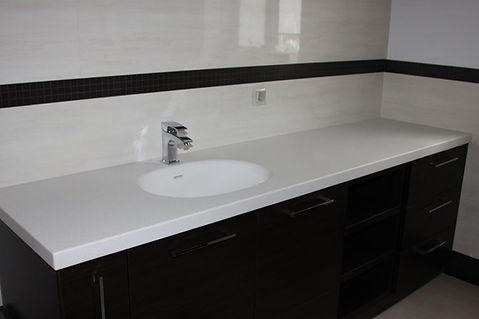 тумба для ванной с каменной столешницей с интегрированной мойкой и корзиной для белья