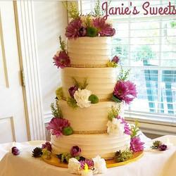 Closeup of this beauty ❤#buttercream #cake #weddingcake #summerwedding #theknot #bride #cakeideas #b