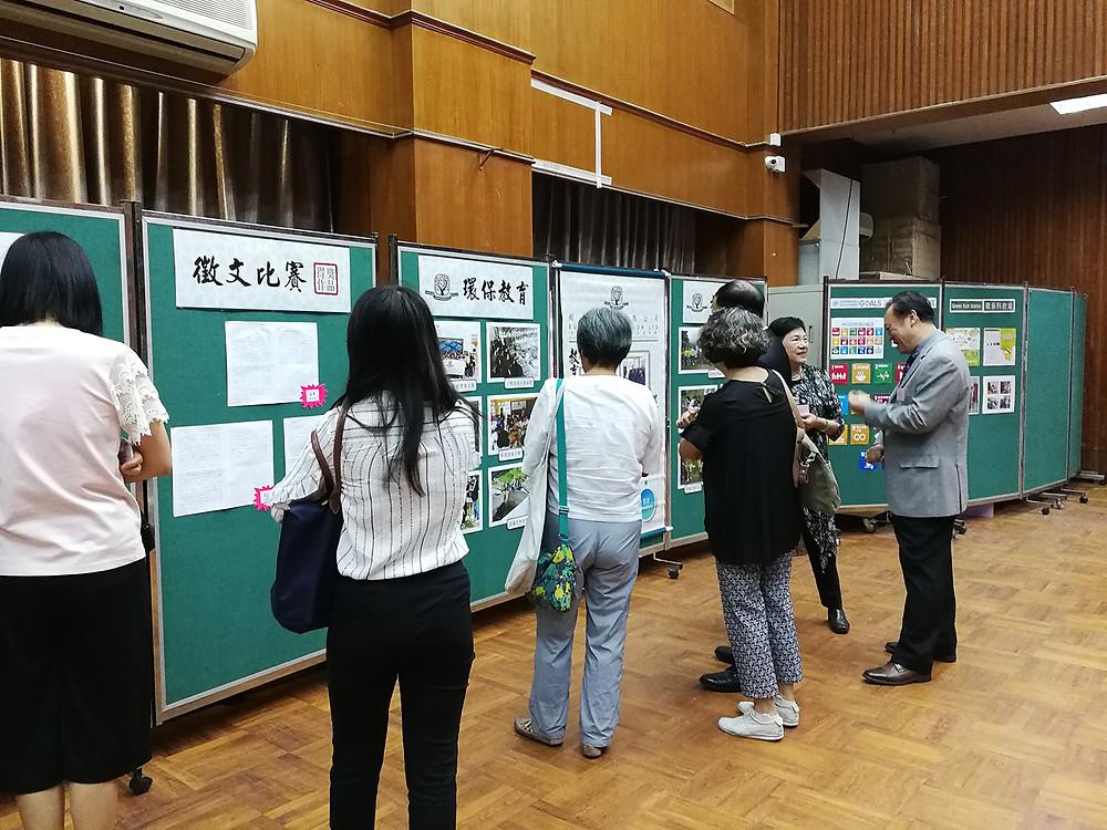 徵文比賽得獎同學之作品, 於元朗大會堂展出,供來賓欣賞。