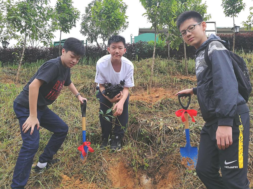 香港元朗區中學生參與農莊的植樹活動,齊為綠化育林出力!