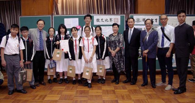 得獎同學,在其作品前,與博愛醫院 鄧佩瓊中學校長、老師和部分來賓合照。