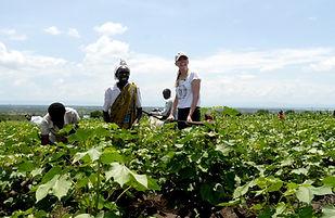 Laura Chaplin mit Baumwollbauern in Uganda (003).jpg