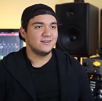 DJ chris teva en el estudio de grabación.png