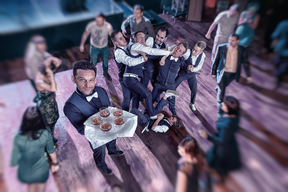 Танцующие официанты в деле.