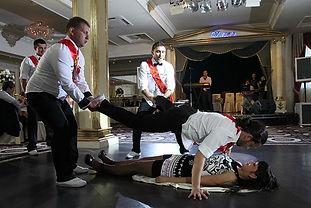 Танцующие свидетели на свадьбе. Танцуют все танцевальные коллективы москвы.