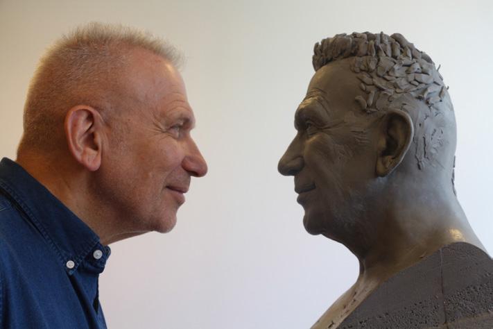 JP Gautier face à sa sculpture