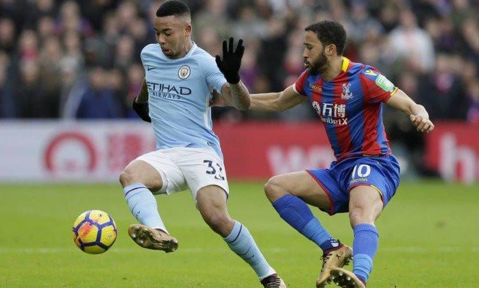 Gabriel Jesus protege a bola de Townsend, do Crystal Palace, no lance em que machucou o joelho esquerdo - Foto: Tim Ireland / AP