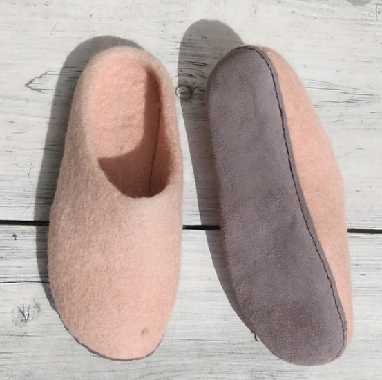 Aura Que Ethically made felt slippers - peach