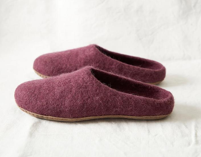 Aura Que Mita felt slippers in purple plum