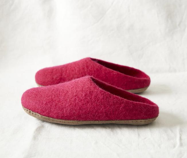 Aura Que Mita felt slippers in pomegranate pink