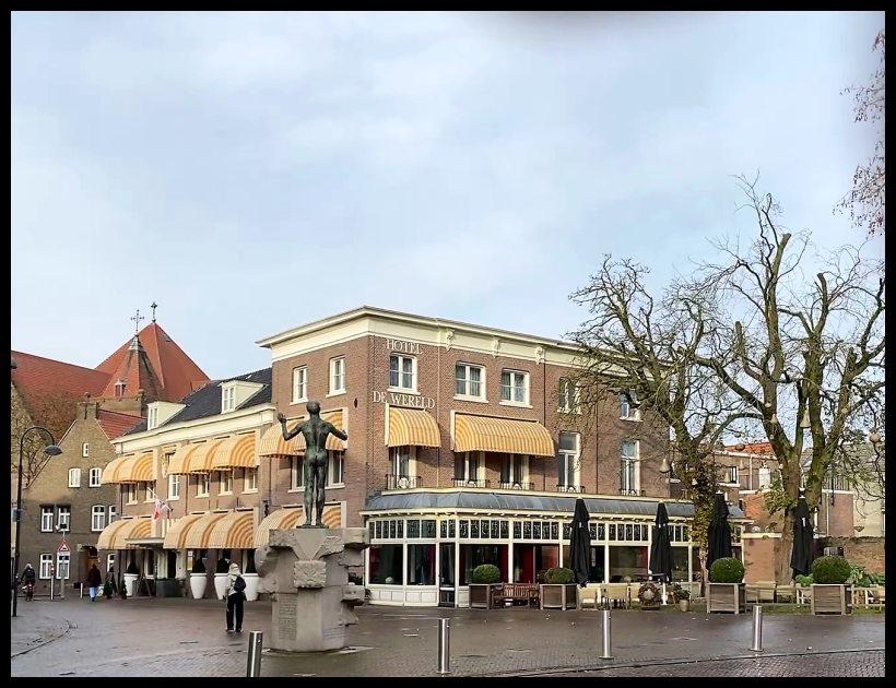Hotel de Wereld met bevrijdingsbeeld