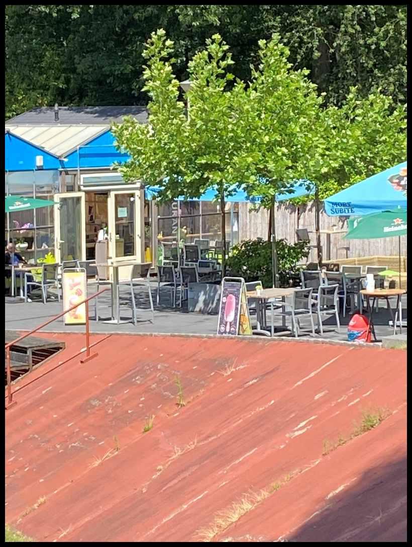 Het terras van her restaurant