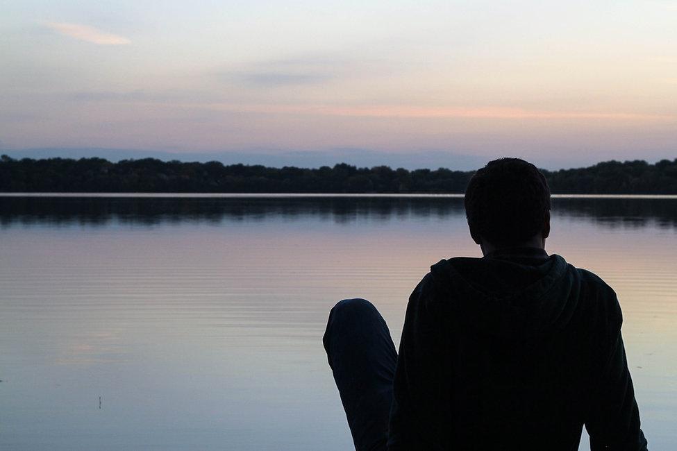 Le regard tourné vers l'horizon