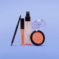 Fixerende spray, oogschaduw, eyeliner en concealer gefotografeerd vanaf de voorkant op een paarse achtergrond