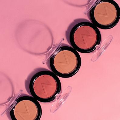 Topshot van open blush doosjes op een roze achtergrond