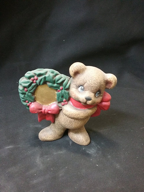 Bear with wreath right