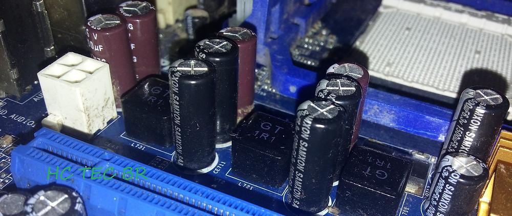Capacitores eletrolíticos em uma placa-mãe