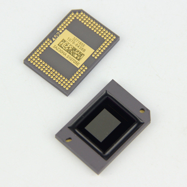 Vista dianteira e traseira de um chip DMD