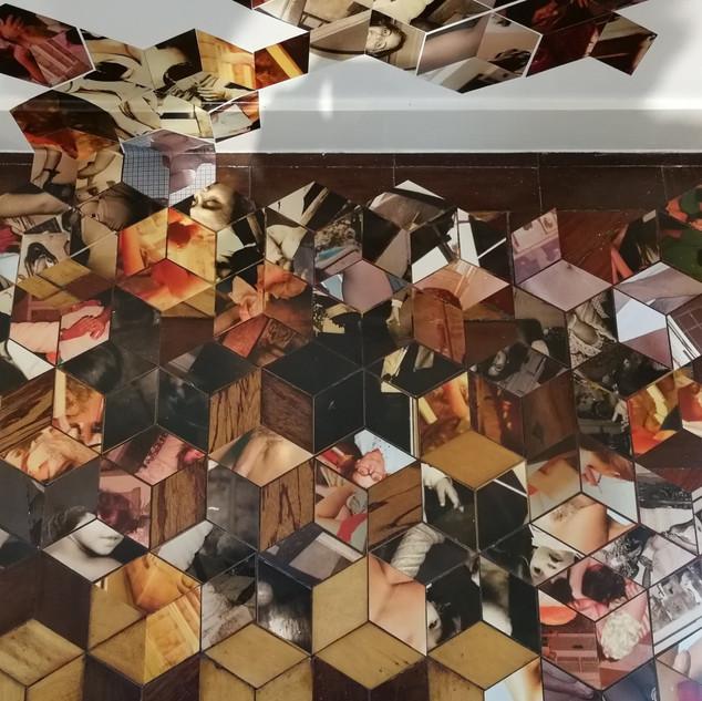 """Detalhe da instalação """"Se não me falha ..."""", 2018 Fragmentos fotográficos sobre piso e parede Dimensão variável"""
